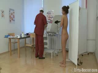 Vogëlushe perverse nga një gynecologist