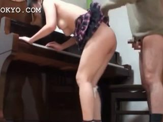 Азіатська школярка манда banged жорсткий над the піаніно