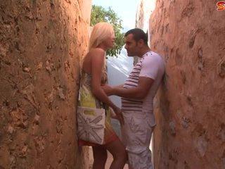 Blonde ado fucks touriste en alley