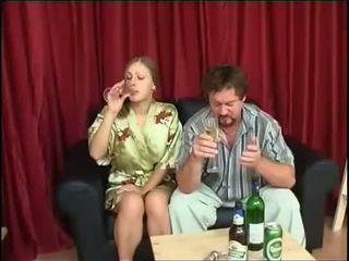 الأب fucks ابنة بعد الشرب بيرة