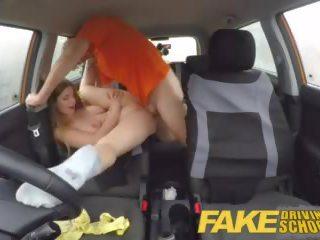 Fake driving училище пълен сцена - горещ блондинки студент с голям естествен цици fucks за рано преглед