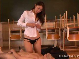 Reiko kobayaka marche fuori nearby suo uomo e licks suo meat bastone