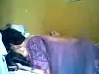 Indonesiska romantic tonårs par göra kärlek i sovrum