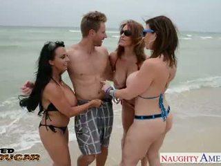 Cougars charlee chase, holly halston और sara jay फक्किंग एक भाग्यशाली स्टड