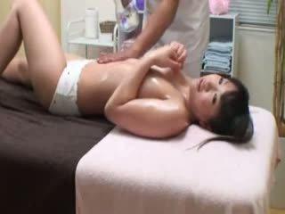 College dziewczyna reluctant orgazm przez masseur
