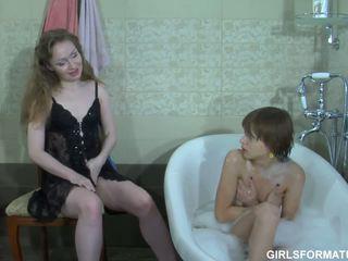 Two kåt lesbiske spille med hver andre muff i bad