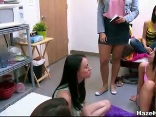 Hermandad lesbianas jugando sexo juegos using un sybian
