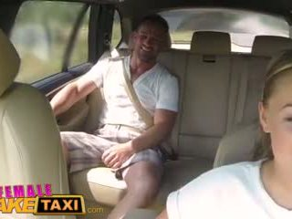Femalefaketaxi massiivinen tiainen cabbie wants kukko päällä the takaistuin video-