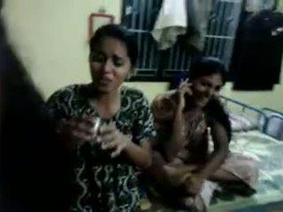 North 印度人 女孩 嘗試 到 喝 啤酒 在 他們的 主持人