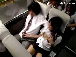תלמידת בית ספר מאונן את guys זין ב the schools אוטובוס טיול