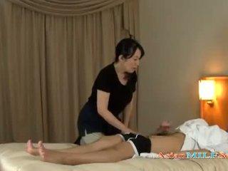 Pieauguša sieviete massaging guy giving handjob getting viņai bumbulīši rubbed par the gulta