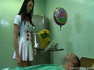 جنسي الطبيب استعداد إلى جعل سعيد لها المريض uncovered