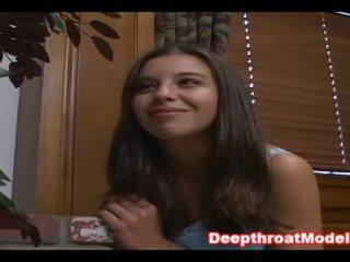Flickvän överraskning hans boyfriend med avsugning