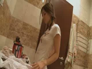 Irina jerks ära sisse the vannituba
