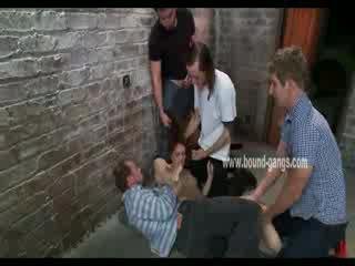 Brun haired et soumis poupée gets brutally handled par une bunch de en chaleur men
