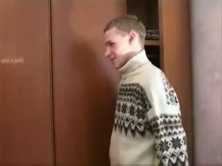 Rusiškas berniukas spying suaugę mama