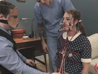 Deranged doll flicka gets ansikte och röv körd