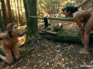 Tied jusqu'à chanel preston has son brun tunnel bumped en une forêt