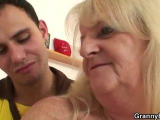 Καυλωμένος/η γιαγιά pounded με νέος dude