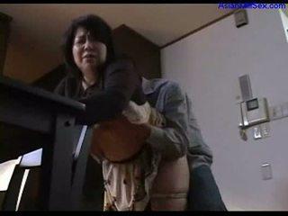 Dögös kövér bevállalós anyuka giving leszopás mert guy rubbing fasz -val cicik
