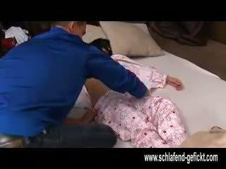 Etter åpen av natt soving jente med stor pupper knullet hardt