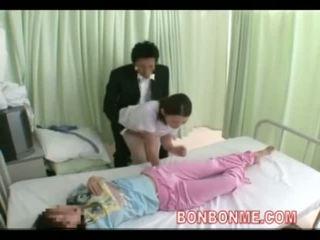 Pielęgniarka na ręcznym w przedni z żona 03