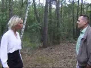 בלונדי אישה מזוין ב יער