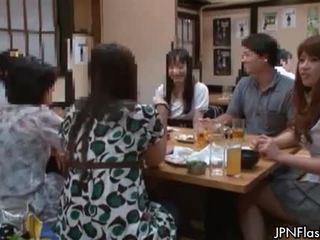 Comel warga asia perempuan tak senonoh gets miang/gatal menunjukkan off
