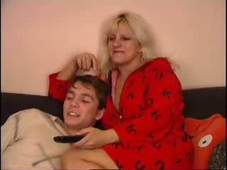 Mãe e filho a assistir tv em sofás