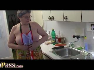 बड़े स्तन, हस्तमैथुन, नग्न