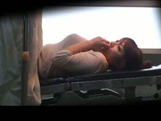 Грудаста матуся laying на the медична ліжко fingered трахкав з іграшки по the gynecologist в the surgery