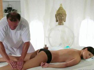 Uly emjekli brunet gets ýelin massaž