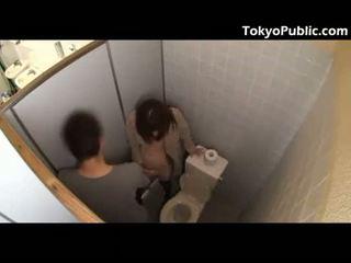 Príťažlivé japonské fucks guys v the verejnosť restroom