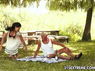 Paauglys cutie s išdykęs picnic su a senelis