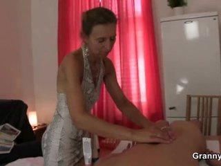 ישן masseuse gets שלה שיערי חריץ pounded