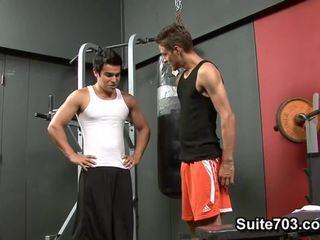 Cody springs receives gebohrt von chad davis im die fitnesscenter