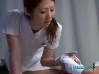Meditsiiniõde giving käsitöö imemine patsient riist edasi the voodi sisse the haigla