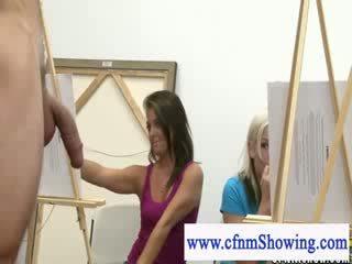 Lei vestita lui nudo ottenere vicino con modelli durante artclass