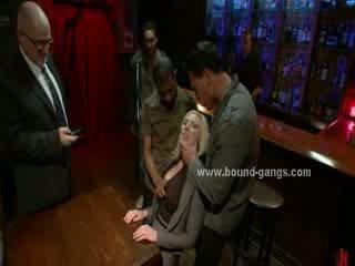 Blondie wymuszony do pieprzyć bar mates w głębokie ostro usta pieprzyć i grupa anal seks