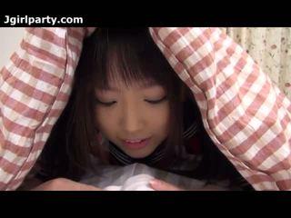 Super söpö ja kimainen japanilainen 18yo koulutyttö