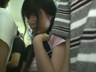 Minifalda escolar manoseada en tren