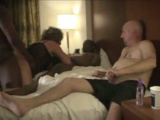 Vyras enjoys žiūrėjimas mėgėjiškas neištikimybė savo vyrui žmona sūpynės.