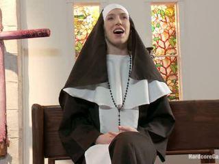 Drobne blondynka lives na zewnątrz fantasy opiekunka gangbanged przez 5 priests w chapel