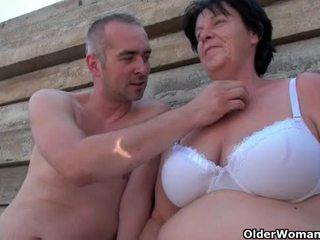 醜い おばあちゃん とともに 1 inch 乳首 ファック outdoors