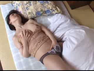 Japonez mama masturband-se după uitandu-se porno video