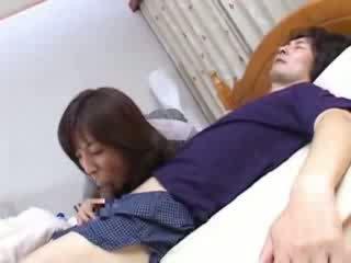 Ιαπωνικό μαμά sneaks σε husbands ξάδερφος κρεβάτι βίντεο