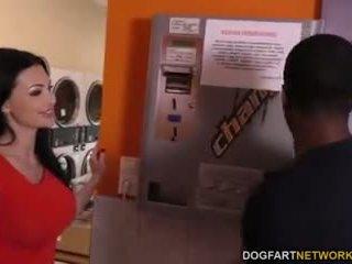 Aletta ocean does الشرجي في ال laundromat