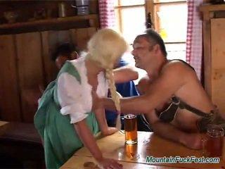 Blondin prostituterad has cum från bjing och rubbing two boners