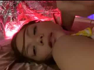 Śpiące dziewczyna z tied arms i nogi getting jej cipka licked stimulated z wibrator przez guy w maska na the łóżko
