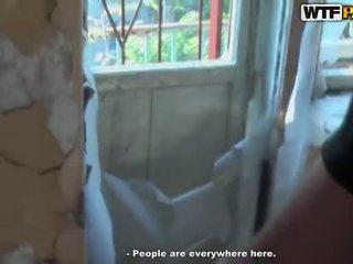 Karštas seksas tryse čiulpimas į abandoned namas